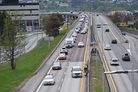 MOTORSTOPP: Slik så det ut på E18 litt nord for motorveibrua cirka klokka 15.10. En personbil hadde fått motorstopp.