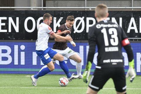 Ole Amund Sveen i duell med Vålerenga-spiller
