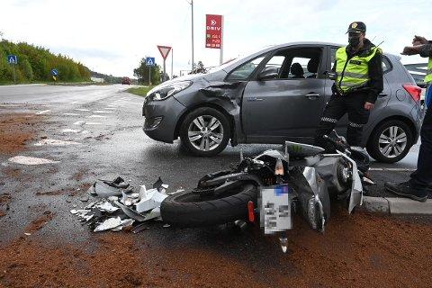 En MC og en bil kolliderte i Sandebukta tirsdag formiddag.