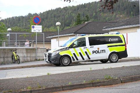 En mann skal ha blottet seg for en skoleklasse fra Tømmerås skole i Svelvik, ifølge politiet.