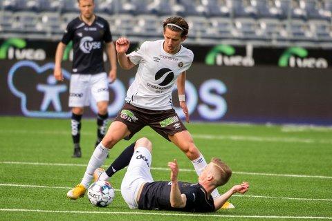Mjøndalens Erik Stavås Skistad  synes å ha kontroll på sin motstander her, men det var hjemmelaget Viking som til slutt vant 2-1 torsdag kveld.