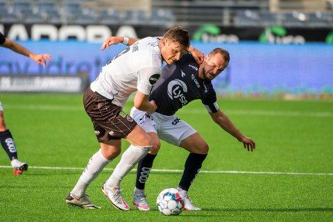 Mjøndalens Benjamin Stokke i duell med Veton Berisha under eliteseriekampen i fotball mellom Viking og Mjøndalen på Viking stadion.