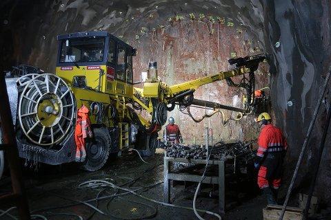 Første salven, for den seks kilometer lange bergtunnelen fra Skoger til Danvik, ble utført i desember 2019.
