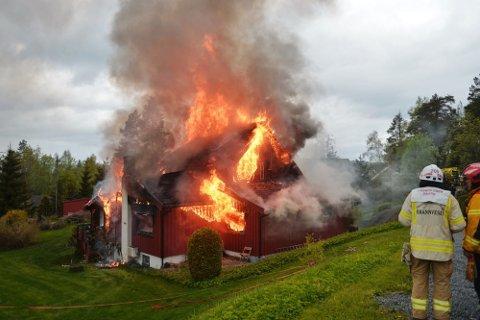 TOTALSKADD: En enebolig på Konnerud ble totalskadd i en brann tirsdag 25. mai.