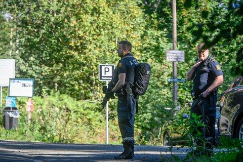 POLITIAKSJON: Bevæpnet med tohåndsvåpen tok politiet opp jakten på gjerningsmannen. En flere timer lang storstilt aksjon gjennom Solbergåsen endte ved Nedre Eiker kirke i Krokstadelva.