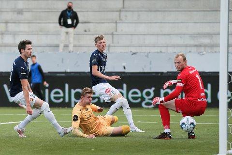STORTAP: SIF-keeper Viljar Myhra slapp inn sju mål mot Bodø/Glimt onsdag, men var likevel lagets beste.