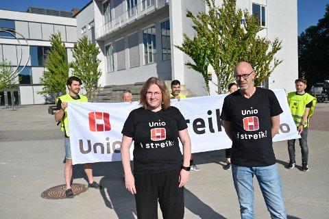 Hovedtillitsvalgt i Norsk Sykepleierforbund, Kristine Katrud Ask, og leder i Utdanningsforbundet i Drammen, Christian Evenshaug markerte starten på streiken onsdag morgen foran Drammen videregående skole.