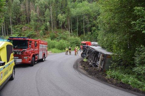 ULYKKE: Bildet viser lastebilen som veltet i Hurum i går.