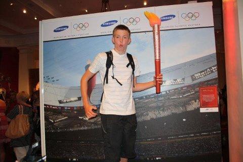 LONDON-BESØK: Ola Stunes Isene som 15-åring i 2010 poserer med «OL-fakkel» i Madame Tussauds i London. Stunes Isene var på språkreise i England.