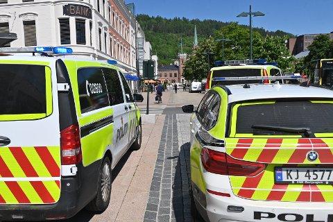 Flere politibiler er på plass på Bragernes torg.