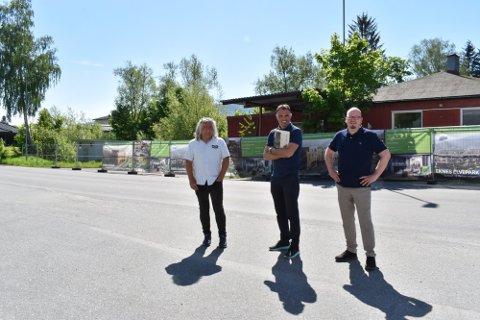 BOLIGPROSJEKT: Top Invest planlegger å bygge 43 leiligheter i Krokstadelva. Her er utbygger Ove Helgesen (t.v) og eiendomsmeglerne Ronny Abeltun og Steffen Aasand i Eiendomsmegler 1 Eiker ved tomta.
