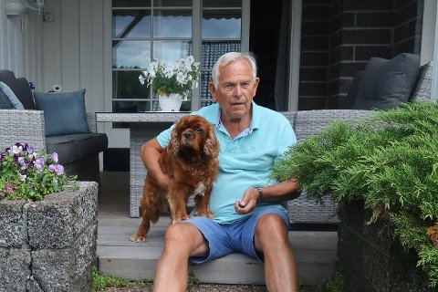 MAIKO OG TORE: For litt over en uke siden ble hunden til Hokksund-bosatte Tore Kvernstad blind på det ene øyet. Vesle Maiko ble angrepet av en fremmed hund på Tønsberg Torv.