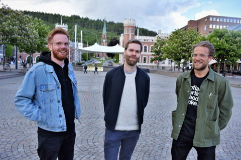 UTEKINO I DRAMMEN: Bjørn I. Thomassen, Thomas Waitz Knutsen og Joakim Throndsen arrangerer for femte gang utekino i Drammen. Her fra 2019 da visningen var på Bragernes torg.