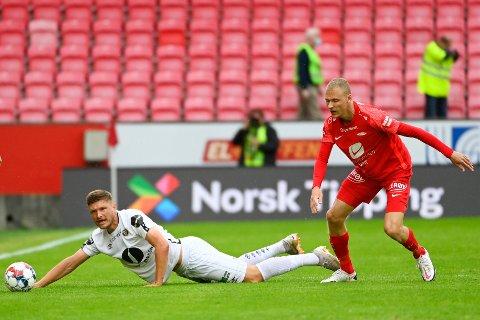 UAVGJORT: Benjamin Stokke i duell med Branns Kristoffer Barmen under eliteseriekampen i fotball mellom Brann og  Mjøndalen  på Brann stadion.
