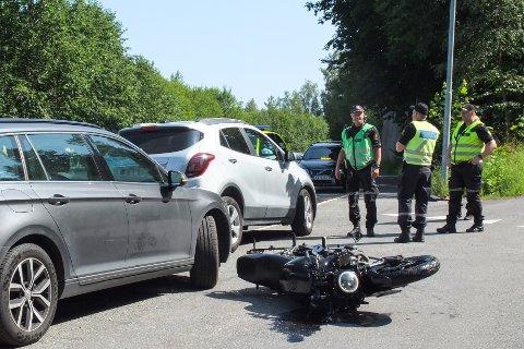 FRONTKOLLISJON: Innsatsleder Arne Guddal forteller at MC-føreren er fraktet til sykehus etter ulykken. Bilisten i personbilen er fraktet til legevakt.