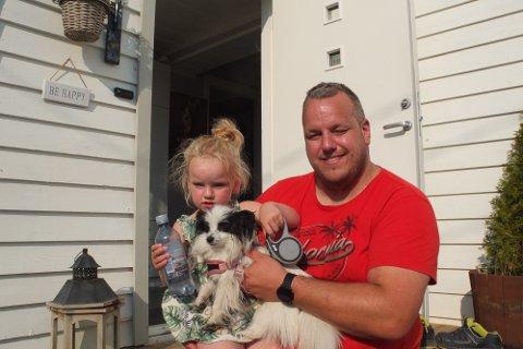 EVAKUERTE: Stian Kvamsø (37) tok dattera Frida (3) og hunden Happy under armen da brannen startet.