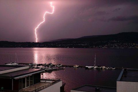 Det lyner kraftig over Drammensområdet. Leserbildet er tatt fra Engersand Havn. .