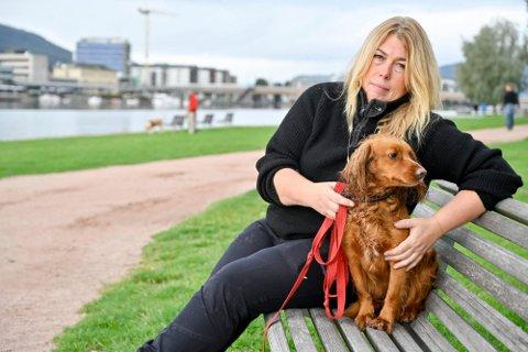 BEKYMRET: Gro Saugerud driver Drammen Hundesenter og har jobbet fulltid med hundetrening siden 1993. Helt siden nedstengningen i mars 2020 har hun fryktet konsekvensene for valpene.