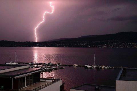 Det lynet kraftig over Drammensområdet mandag kveld. Leserbildet er tatt fra Engersand Havn. Foto: ROBERT MCPHERSON
