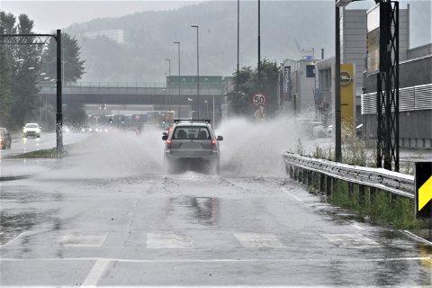 Kraftig regnvær onsdag morgen. Her i Bjørnstjerne Bjørnsons gate.