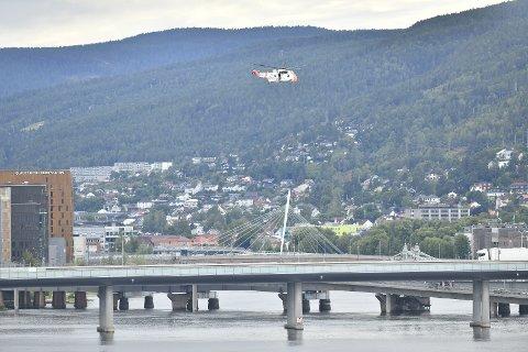Seaking-helikopteret søker over elva.