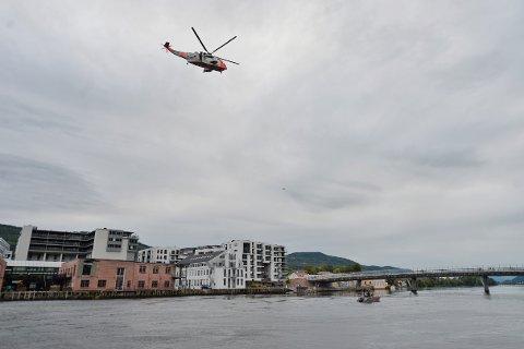 Seaking-helikopteret søkte over elva i flere runder.