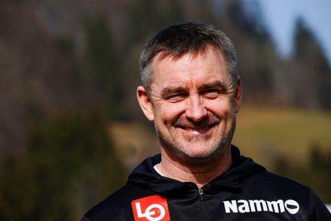 Her er sportssjefen i hopp Clas Brede Bråthen blid under pressekonferansen under VM på ski i Oberstdorf tidligere i år. Noen måneder etterpå er situasjonen en helt annen