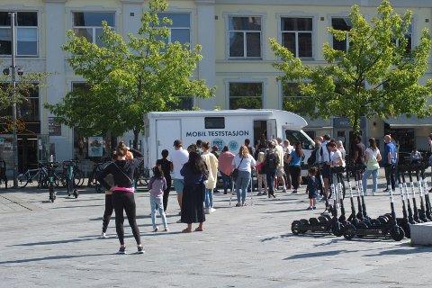 KØER: Mandag ettermiddag var det lange køer da den mobile teststasjonen åpnet klokka 14.