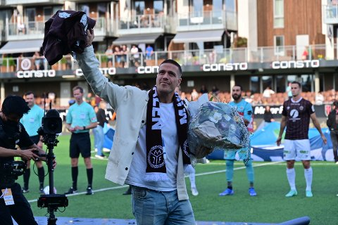 Sondre Solholm Johansen ble takket av før kampen mellom Mjøndalen og Lillestrøm lørdag kveld.
