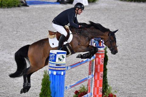Geir Gulliksen og hesten Quatro i den individuella hoppningen under sommar-OS i Tokyo.
