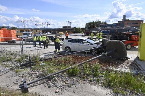 ULYKKE: En bil har kjørt av veien og inn på anleggsområdet ved det nye sykehuset.