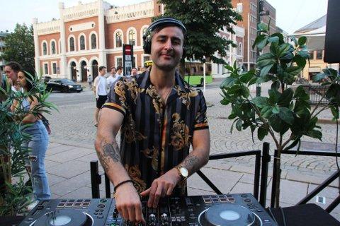 DJ: Ved flere anledninger har Los Tacos på Bragernes torg hyret inn en DJ som har spilt musikk for gjestene. Det har skapt reaksjoner.