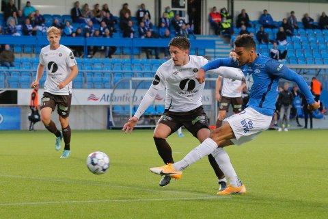 Moldes Ohi Omoijuanfo setter inn 3-0 i duell med Daniel Janevski i eliteseriekampen i fotball mellom Molde og Mjøndalen på Aker Stadion. Foto: Svein Ove Ekornesvåg / NTB