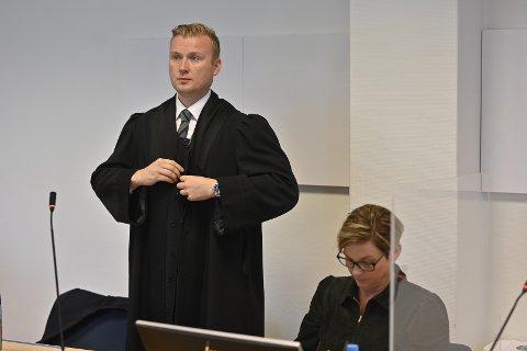AVVISER: Mette Adamsen avviser at hun har vært illojal mot tidligere arbeidsgiver. Her med sin advokat Jan Magne Isaksen.