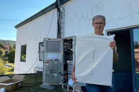 Telenors dekningsdirektør, Bjørn Amundsen, forteller at Telenor har store 5G-planer for Drammen. Her bærer han på en 5G-antenne ved Drammens første 5G-basestasjon på Konnerud.