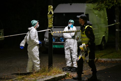 Politiets kriminalteknikere jobbet sent utover fredagskvelden for å sikre seg beviser på åstedet i Åros. Foto: Reidar Folkedal