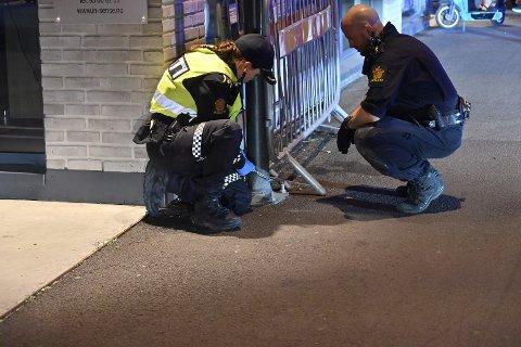 STENGT: Politiet sperrer lørdag kveld av Engene for å forhindre biltrafikk inn i den stappfulle gata.