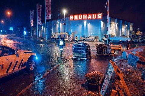 UTRYKTNING: Nødetatene rykket ut til trafikkulykken som forårsaket parafinlekkasje mandag kveld.