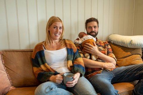 Bodil Gilje og Ivar Lien sammen med nyfødte Birk hjemme i huset i Sande.
