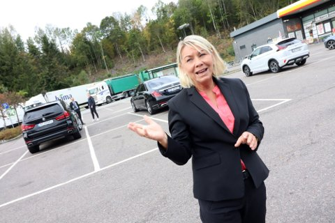 Justisminister Monica Mæland var tirsdag i Holmestrand for å se på en tomt til nytt fengel.