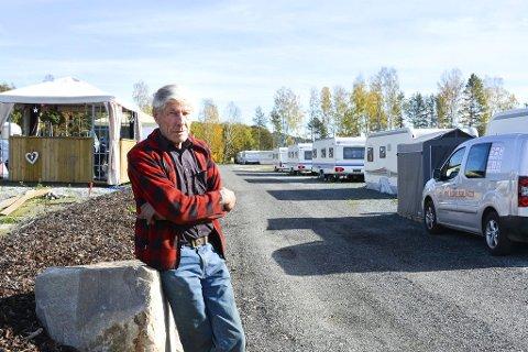 NYE PLANER: Et nytt sanitæranlegg på 400 kvadratmeter for å dekke økt trafikk av turister står øverst på listen til Gustav Braathen. Et omfattende ryddearbeid rundt campingen har gjort at han høster mye ros også fra fornøyde turgåere i Hokksund.