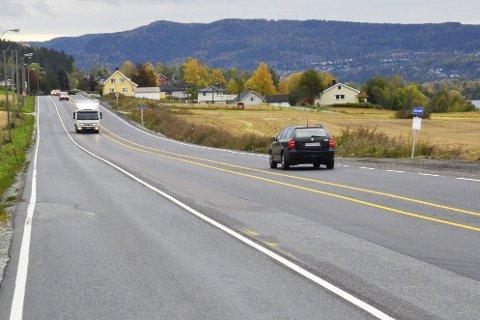 Anleggsvei: Feltet til venstre her på fv. 283 ved Horgen, skal brukes som anleggsvei når arbeidene med ny gang- og sykkelvei på strekningen starter opp i 2016.