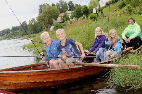 Fiske: Under 59 o Nord Hokksund By og laksefestival har barnefiskekonkurransen blitt svært populær.  Det har vært opp mot 120 deltakere. F.v. Bendik Skretteberg Øyen, Sølve Skretteberg, Heidi Skretteberg og Ane Margit Øyen fra Hokksund gleder seg veldig til å være med. Morten Rustestuen (bak) i Østsiden Jeger og fiskeforening (ØJFF) gleder seg også.