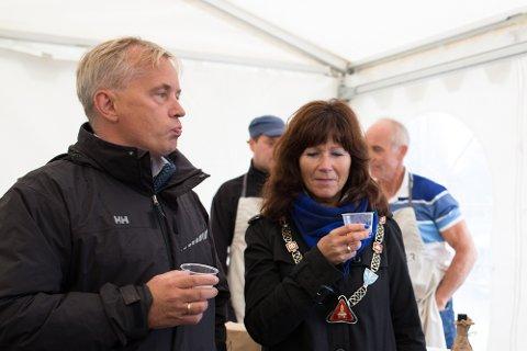 Knut Storberget og Ann Sire Fjerdingstad i en blindtest av eplemost fra Ekte Eiker. Fiskum Fruktpresseri vant, med Bakstevold gård som en god nr to.  og Eplehagen på Bakkesletta som nr tre.