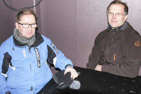 Et dårlig forslag: Vemund Haga til venstre og Jan Bråten synes lite om rådmannens budsjett-forslag om å stenge venterommet på Mjøndalen stasjon om morgenen.