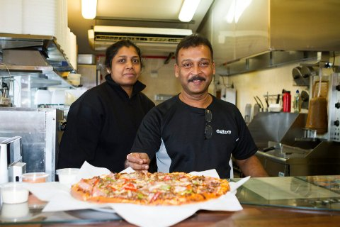 Nanthalogeni (t.v) og ektemannen Manivasagamparan Sivsasubramanian - kalt «Paran» - eier og driver Galaxy Pizza Grill AS på Sundmoen i Hokksund. Foto: Anders Kongsrud.