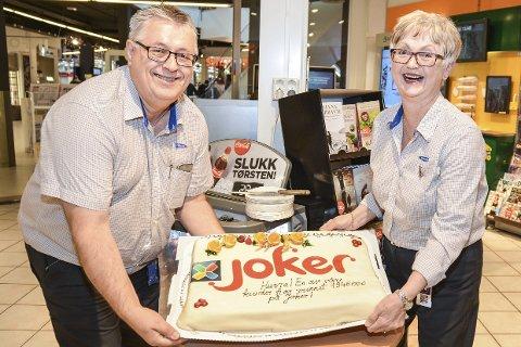 KAKEFEST, IGJEN: Arne Lockert og Anne Karin Espeseth Nilsen har servert to slike kaker de siste ukene. Begge spiller, men det er hun som har fått størst uttelling til nå. En tusenlapp som nabo er det eneste som har vanket.