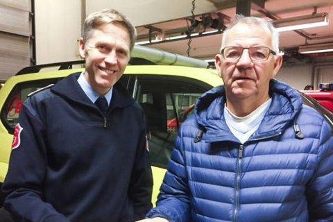 GAVER: Brannsjef Torgeir E. Andersen i Drammensregionens brannvesen IKS og styreleder Oddvar Maudal i Nedre Eiker boligstiftelse spanderte  batterier til røykvarsleren til alle beboere de besøkte.