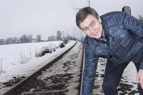 Blir dette sykkelvei?: Hvis det skal legges en helt ny jernbanetrasé fra Gullskogen til Hokksund, kan denne linja bli veien for supersyklistene. – Det passer godt, mener Bent Inge Bye.