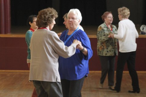 Vil svinge seg med flere: Danseglade svinger seg på Folkets hus i Krokstadelva. Nedre Eiker seniordans håper de kan bli enda flere.